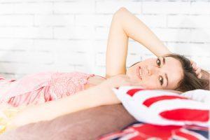 девушка в постели после пробуждения
