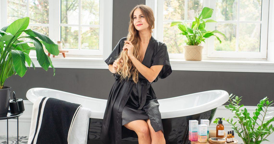 девушка с длинными волосами в ванной